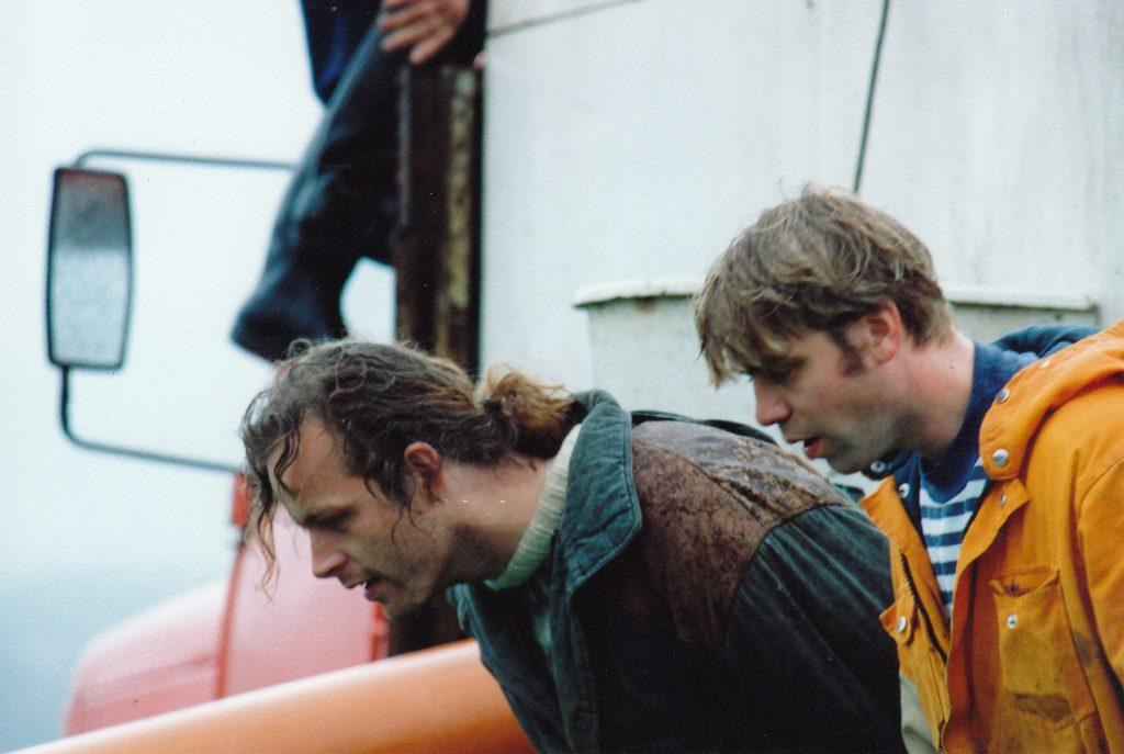 Siggi og Þórður að sleppa silungum í tjarnirnar