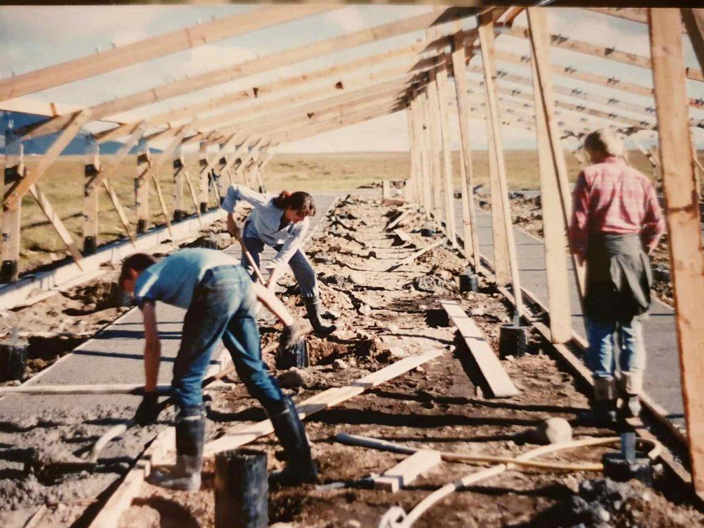 Loðdýraskálarnir byggðir 1988 Sveinbjörn, bryndís og Egill frá Dal