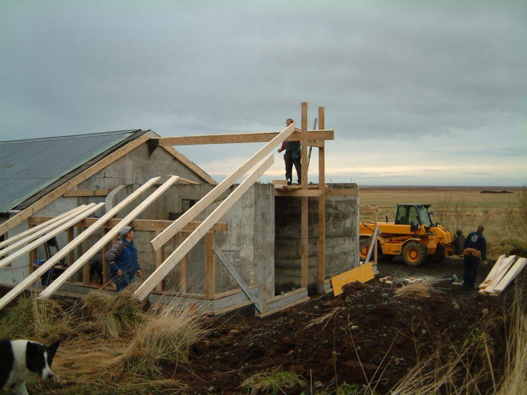 Gamla fjósinu breytt í starfsmannaíbúð 2003-2004.